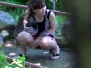 【 盗撮動画 】素人ギャルがオシッコ我慢出来ず周りを気にしながらパンツを脱いで野ションしてる様子を隠し撮りwww