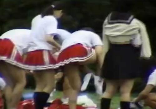 【 盗撮動画 】チアリーディング部の女子校生たちが野外でユニフォームに集団着替えしてる様子を隠し撮り!!!