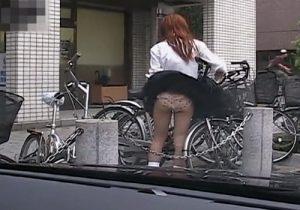 【 盗撮動画 】街中でいきなり強風が吹いて女子校生やギャルのミニスカート捲れてパンツ丸見えの瞬間がコチラwww
