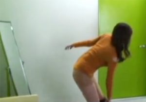 【 盗撮動画 】控え室に隠しカメラを仕掛けてモデルの美人お姉さんが全裸になり黒Tバックを履くのが堪らんwww