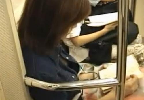 【隠撮動画】電車内で素人お姉さんのシャツの隙間からおっぱいが見えたので隠し撮りしてたら乳首もチラリwww