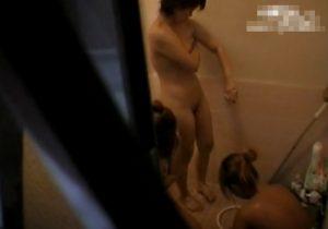 【 盗撮動画 】大学の女子寮の風呂場の窓が開いていたので隠し撮り…女子大生の裸体が拝めましたwww