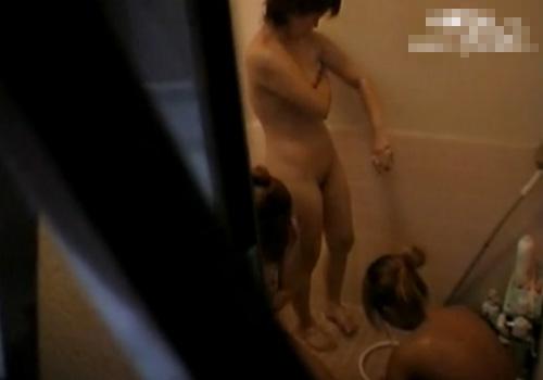 【盗撮動画】大学の女子寮の風呂場の窓が開いていたので隠し撮り…女子大生の裸体が拝めましたwww
