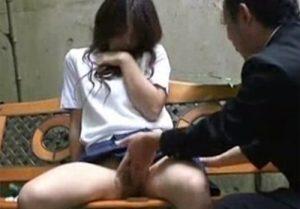 【 盗撮動画 】人気のない場所で学生カップルが着衣SEX…可愛い彼女の感じてるアへ顔に興奮したwww