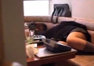 【 盗撮動画 】カラオケで居眠りしてる制服JK2人組の部屋にスタッフが侵入してパンチラ撮影とパンツ切り裂く悪戯www