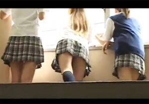 【 盗撮動画 】学校の階段の踊り場で戯れるミニスカJK達のパンチラを同級生がバレないように隠し撮りwww
