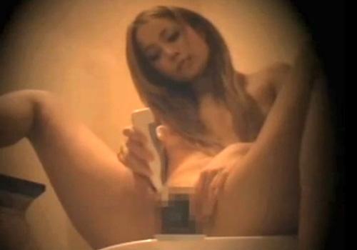 【盗撮動画】トイレで可愛いギャルが電動歯ブラシを使い淫乱オナニーしてる様子を隠し撮り!!!
