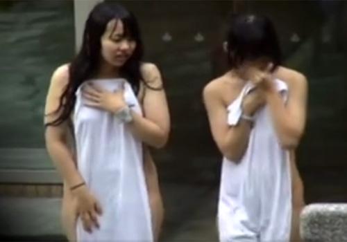 【 盗撮動画 】望遠カメラで露天風呂を観察…発育途中の幼い美少女たちの裸体がエロくて堪らんわwww