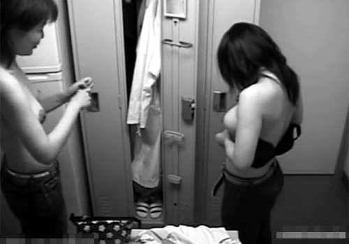【盗撮動画】会社の女子更衣室に侵入して隠しカメラを仕掛けて巨乳OL達の大胆な着替えを隠し撮りwww