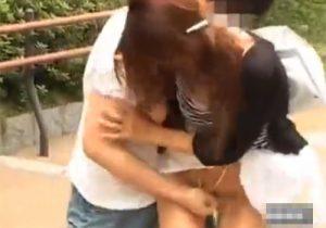 【 盗撮動画 】街中を歩くお姉さんに近づき強引にスカートを捲りパンツを脱がしてマン毛を抜いて逃走するwww