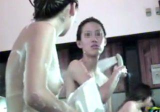 【 盗撮動画 】健康ランドの大浴場の洗い場で女子大生2人組の健康的な裸体を女盗撮犯が接近して隠し撮りwww