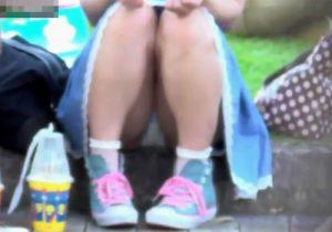 【 盗撮動画 】公園で地べたに座ってる清純少女のパンチラ隠し撮り…丸見えの純白パンツを観察したったwww