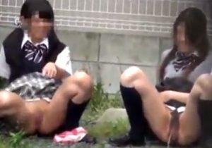 【 盗撮動画 】街中で制服JK少女が友達と一緒に見事な放物線を描きながら野外オシッコしてるぞぉwww