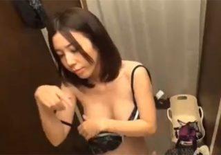 【 盗撮動画 】下着ショップの店員さんが試着室で着替えるモデル体型の素人女子大生の隠し撮りに成功www