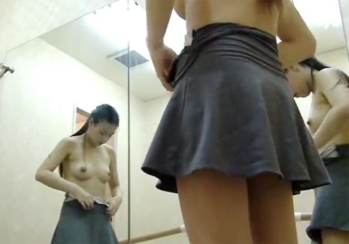 【盗撮動画】ダンスレッスンを終えた綺麗なお姉さんが私服に着替える様子を隠しカメラで覗き見www