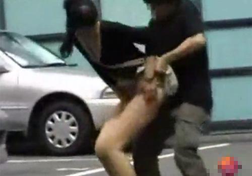 【 盗撮動画 】街行く素人娘たちのスカート捲り悪戯…ノーパンでお尻とマン毛が丸出しがヤバイwww