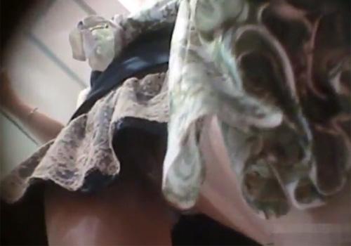 【隠撮動画】アパレル系のギャル店員のパンツ逆さ撮り…おまんこの割れ目クッキリがエロ過ぎるwww