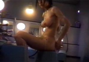 【 盗撮動画 】露天風呂の洗い場に隠しカメラを仕込み身体を洗うお姉さんのプルンプルン揺れる巨乳を隠し撮りwww