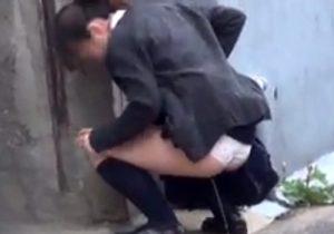 【 盗撮動画 】トイレが混んでいて尿意に我慢出来ず街中でパンツ履いたままオシッコお漏らしする女子校生達www