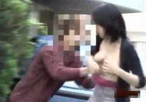 【 盗撮動画 】街中でお姉さん達の服を捲りおっぱいポロリダッシュ…公然ワイセツ行為を隠し撮りwww
