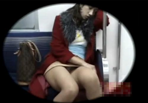 【 盗撮動画 】電車内の対面パンチラ…居眠りしてるミニスカお姉さんのパンツが丸見えで興奮するぞぉwww