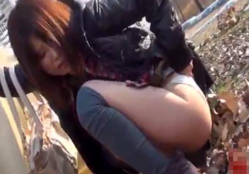 【 盗撮動画 】急激な尿意に身悶える女性の野ションを隠し撮り…パンツ履いたまま勢い良くオシッコ開始www
