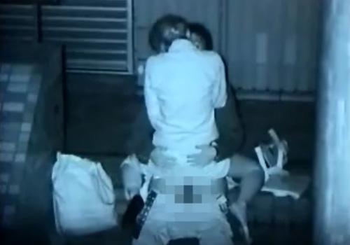 【盗撮動画】夜中にビルの隙間で素人カップルが野外セックスしてる様子を赤外線カメラで覗き見www
