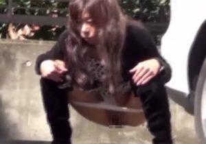 【 盗撮動画 】お姉さん達が野ションしてる所を隠し撮りされてる事に気づくハプニング映像www