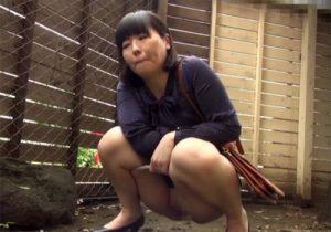 【 盗撮動画 】団地妻たちが野外でオシッコする恥ずかしい様子を隠しカメラで撮影したったwww