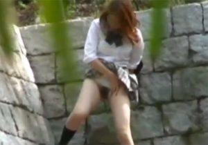 【 盗撮動画 】「もう限界…」我慢出来ず立ちながら野ションしてる女子校生を発見して隠し撮りwww