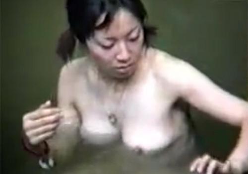 【 盗撮動画 】日焼け跡が残る美女たちが露天風呂で巨乳おっぱいを曝け出してくつろぐ姿を隠し撮り!!!
