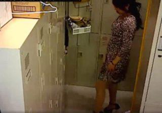【 盗撮動画 】会社の更衣室で私服に着替えてる美人OLたちを男子社員が隠し撮りしたガチ映像がコチラ!!!