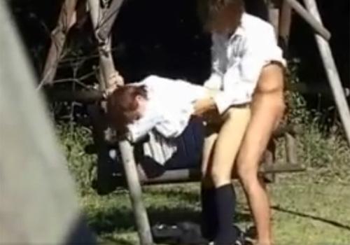 【 盗撮動画 】昼間の公園ブランコで高校生カップルの激しい青姦SEXがエロ過ぎてヤバイwww