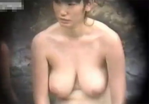 【 盗撮動画 】露天風呂で半身浴してる爆乳の素人お姉さんを望遠カメラで覗き見したったwww※胸のデカさが半端ない
