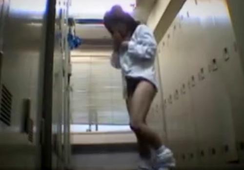 【 盗撮動画 】水泳部のロッカールームでギャル系女子校生が競泳水着に着替える一部始終を隠しカメラが捉えた映像!!!