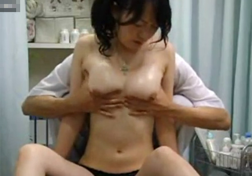 【盗撮動画】整骨院に訪れた美人OLお姉さんを変態整体師が騙して執拗に美巨乳おっぱいを揉まれまくるwww