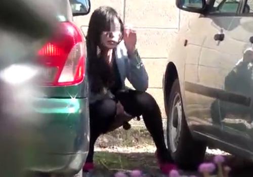 【 隠撮動画 】素人お姉さんが野ションしてると盗撮される事に気づくがオシッコは止められないwww