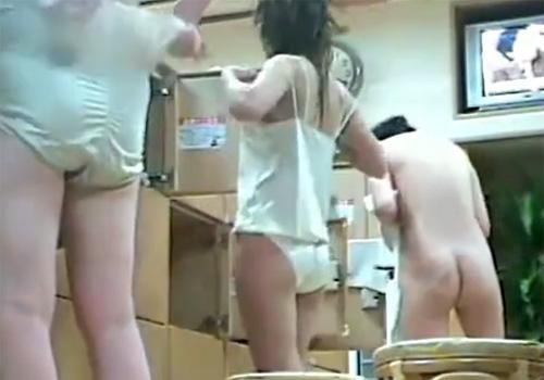 【 盗撮動画 】銭湯の脱衣所で素人お姉さん達の着替えと裸体を隠しカメラ仕掛けたら覗き放題www