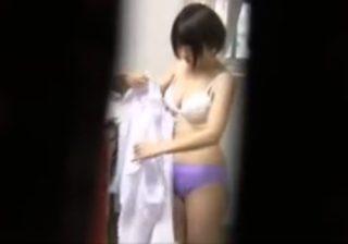 【 盗撮動画 】女子校生モデルが制服から体操服に着替える所をカメラマンが隠し撮りして更衣室で下着を物色www