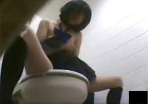 【 盗撮動画 】学校の女子トイレを隠し撮り⇒おっぱい丸出しでオナニーする淫乱女子校生がヤバイwww