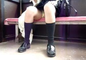 【 盗撮動画 】電車内で紺ハイソックス履いた制服女子校生のパンチラ隠し撮り⇒スラリと伸びた美脚もイイwww