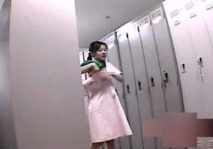 【 盗撮動画 】病院の女子更衣室に潜入して美人ナースたちの着替えを隠し撮り⇒エロい下着見放題www