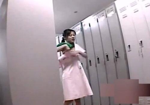 【盗撮動画】病院の女子更衣室に潜入して美人ナースたちの着替えを隠し撮り⇒エロい下着見放題www