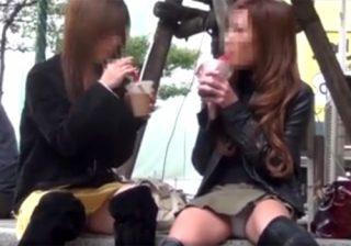 【 盗撮動画 】街中でミニスカお姉さんや制服女子校生たちのパンチラ隠し撮り…色々なパンツが拝めるwww