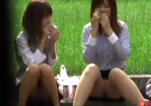 【 盗撮動画 】美人OLさん達がお昼休みに公園のベンチや階段で昼食を食べてる所を狙ってパンチラ隠し撮り!!!