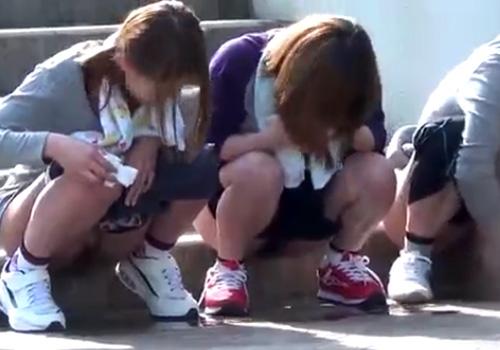 【 盗撮動画 】部活中に女子校生達が野外で仲良く並んで連れションしてる所を激撮したったwww