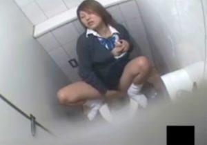 【 盗撮動画 】女子校生が公衆トイレで放尿後にオナニーで絶頂を迎えてアヘ顔晒してる様子をこっそり隠し撮りwww