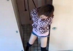 【 隠撮動画 】公衆トイレでオシッコしようとした素人ギャルを拘束して放置…我慢の限界でお漏らしwww