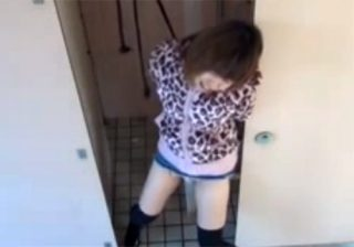 【 盗撮動画 】公衆トイレでオシッコしようとした素人ギャルを拘束して放置…我慢の限界でお漏らしwww