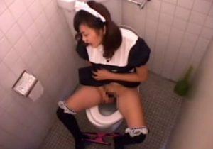【 盗撮動画 】メイド喫茶のトイレに隠しカメラ設置…バイトの女の子の放尿とオナニー姿を覗き見www